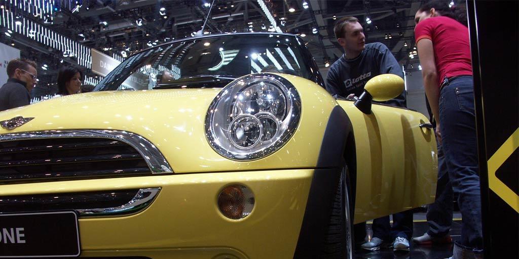 Clientes viendo un coche en exposición en Barcelona
